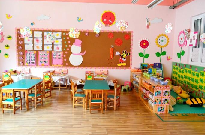 南京大廠鴻寶幼兒園位于江北新區大廠街道草芳新苑內。 現為江蘇省優質幼兒園,南京市園林校園。鴻幼設施齊全,環境優美,占地面積7200,建筑面積5400,綠化面積3600。園內開設16個育兒班級,教職工80人,是500多名幼兒快樂生活,學習的樂園。